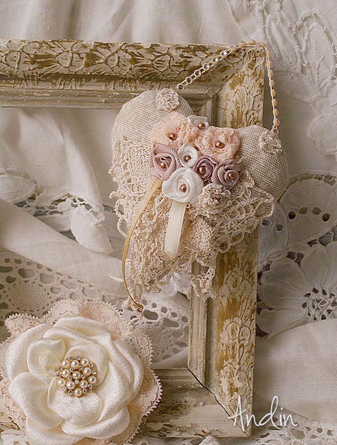 Srdíčko ve stylu Shabby chic Závěsná dekorace v barvách smetanové, starorůžové a v tonech bílé kávy. Bohaté zdobení růčně tvořenými růžičkami, stužkami , krajkami a perličkami. Průměr 10 cm