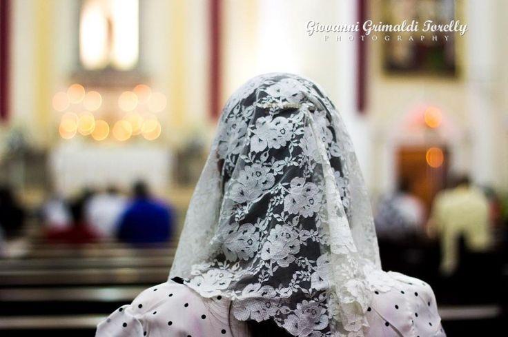 """""""E toda mulher que ora ou profetiza não tendo coberta a cabeça falta ao respeito ao seu senhor porque é como se estivesse rapada. Se uma mulher não se cobre com um véu então corte o cabelo. Ora se é vergonhoso para a mulher ter os cabelos cortados ou a cabeça rapada então que se cubra com um véu."""" (I Cor. XI 5-6). """"Julgai vós mesmos: é decente que uma mulher reze a Deus sem estar coberta com véu?"""" (I Cor. XI 13). #GGTY #MatterEclesiæ #MissaTridentina #Tradicional #SalveMaria…"""