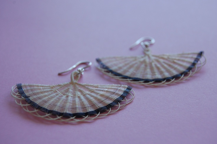 Medium fan earring in mane (horse hair) and silver. Color: natural raw and black.