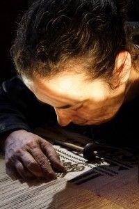 Il Bisso: in Sardegna la seta che viene dal mare. Il bisso è il filamento che tiene ancorata al fondo del mare una bellissima conchiglia, la nacchera. L'unico maestro di bisso d'Europa vive in Sardegna, si chiama Chiara Vigo ed ha ricevuto in dono dalla nonna l'arte di trasformare questo prezioso filo insieme ad un giuramento sacro.