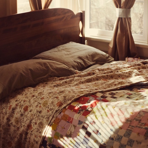 Cozy bed from Summer Love and Cowgirl Boots: Murmuring Cottage, Interior, Beautiful, Beds Comfy Cozy, Cottages, Bedrooms Beds Quilts, Countryliving Dreambedroom