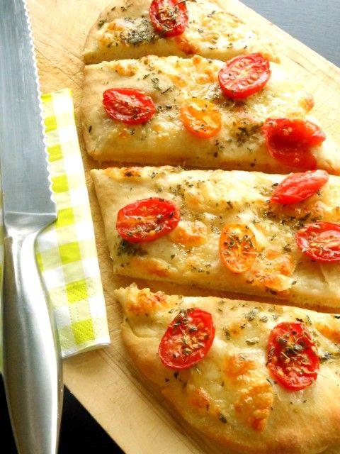 Lekker zelfgemaakt brood met cherrytomaatjes, mozzarella & oregano is heerlijk bij een kop soep, als borrelhapje of lekker voor bij een picknick.