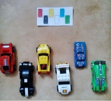 Auto Met veel kaarten om te printen: 1. Zet de auto's neer, laat de kids de kaart erbij zoeken. 2. Laat de kaart zien, daarna moet het kind uit zijn hoofd de auto's neerzetten.