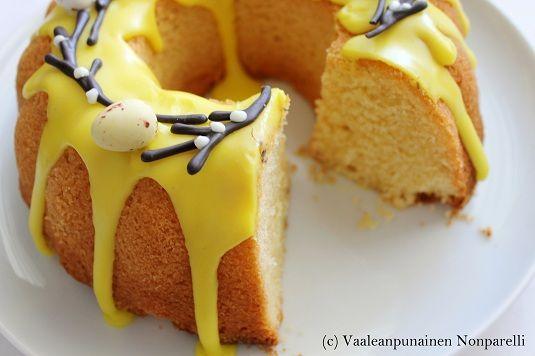 Sitruuna- ja pääsiäisteemalla jatketaan ja tällä kertaa sitruunakakulla, joka on myös blogini ensimmäinen kahvikakku. Yleensä en ...