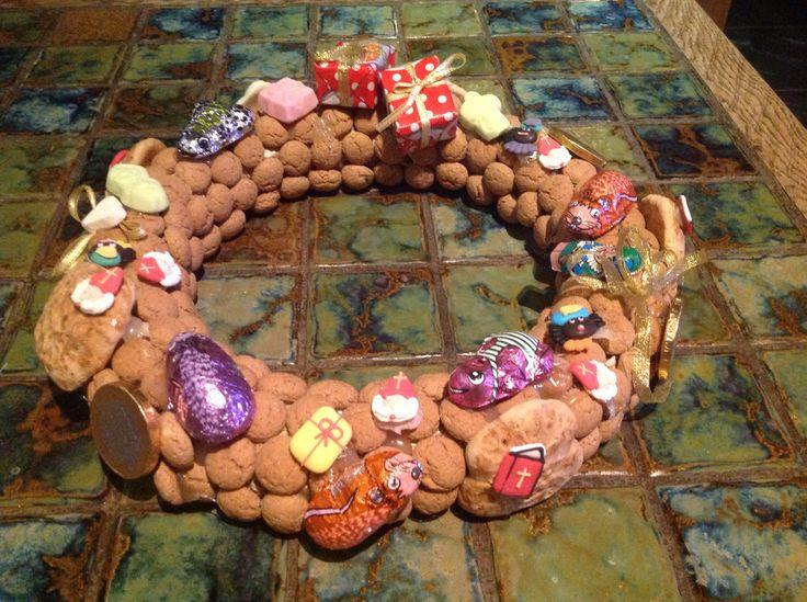 Sinterklaas krans. Pepernoten en snoep op een krans van stro gelijmd met een lijmpistool