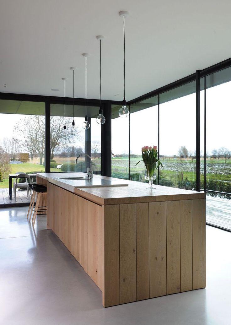 Hoewel het huis van Sofie en Dominiek prachtig gelegen is, kon het gezin amper genieten van de mooie omgeving. Tot ze twee jaar terug een veranda b...
