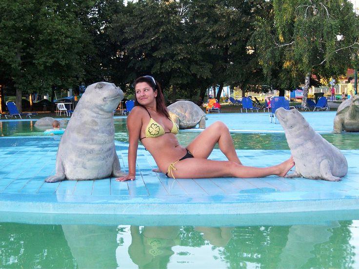 Ocsenás Tünde a hajdúszoboszlói Hungarospában járt, ahol kedvesen összekacsintott a medence fókáival.