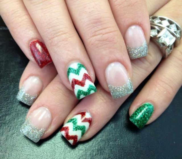 30 festive Christmas acrylic nail designs: Cute for first pair of acrylic nails for me since I'm supposed to be getting some soon since its close to Christmas (source)