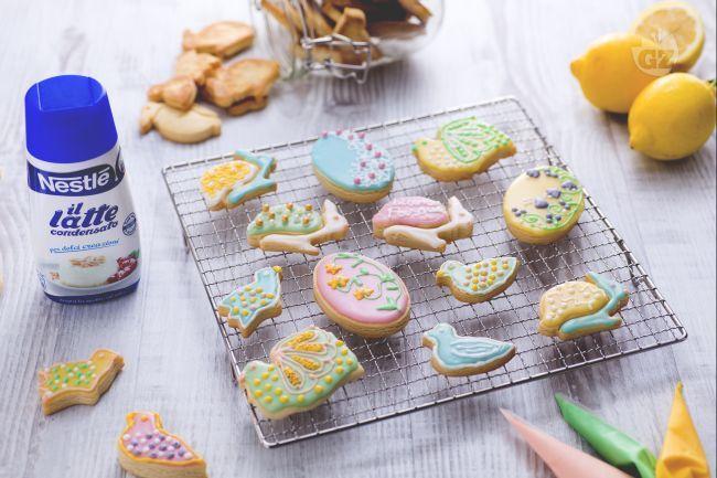 I biscotti pasquali colorati sono dei deliziosi dolcetti pasquali decorati a formine e glassati con i colori vivaci della Pasqua.