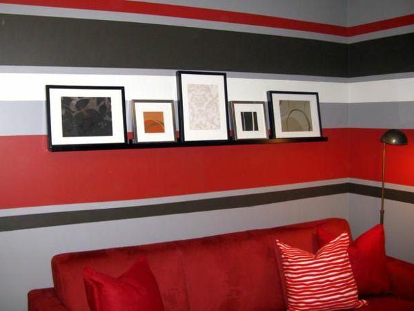 mehrfarbige horizontale streifen im wohnzimmer rotes sofa dekokissen
