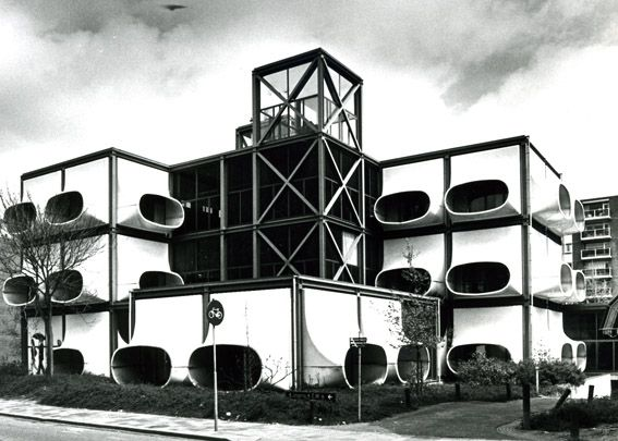 Futuristic 1970–72 prefab office building AZM in the Netherlands by architect Laurens Bisscheroux | Image © 1987 Rook & Nagelkerke