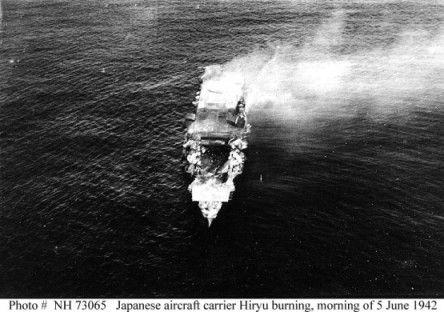 La portaerei giapponese Hiryu in fiamme dopo essere stata colpita, fonte: U.S. Navy