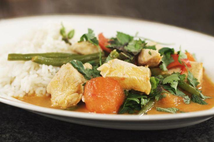 Beetje bij beetje leren de Vlamingen de Thaise keuken kennen. Jeroen maakt kip met een saus van rode curry en kokosmelk. Probeer wat verse rode currypasta te pakken te krijgen, want dat is de allerlekkerste. Wat verse koriander en munt zorgen op het einde van de rit voor een maaltijd boordevol zachtpikante smaken en exotische aroma's. Nu nog een palmboom erbij en het plaatje is af!