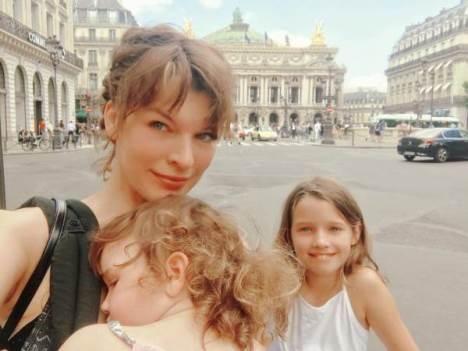 Милла Йовович прогулялась по Парижу в компании дочерей https://dni24.com/exclusive/136481-milla-yovovich-progulyalas-po-parizhu-v-kompanii-docherey.html  Актриса Милла Йовович в компании дочерей прогулялась по Парижу, где и попала в объективы фотокамер. Вместе с семьей отправился и супруг знаменитости Том Андерсон, поскольку в столице Франции сейчас проходит традиционная Неделя моды.