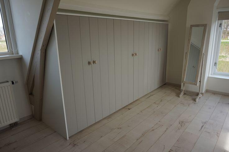 Landelijke inbouwkast van mdf met ouderwetse deurknoppen. Kleur is flanders grey van Karwei.