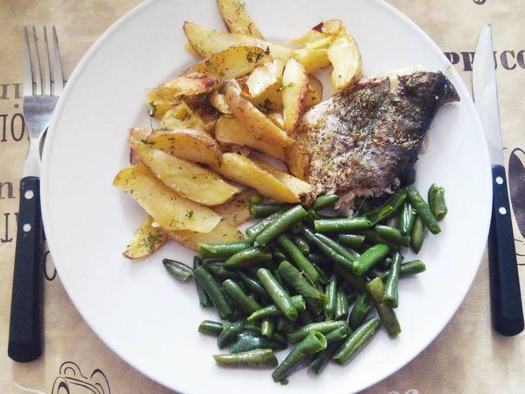 """Ode dneska jedu 30 denní výzvu#doplavekpro +/- 60 kg, ale vzhledem k tomu, ze vážím jen neco lehce pres 50 kg (výzva """"do plavek"""" pro 50 kg na stránkách 30 denní výzvy není), rozhodla jsem se jídelníček tolik """"nehrotit"""". Dnes mám k obědu pečenou rybu místo kuřete a brambory jsem místo vaření také pekla. #30tidennivyzva#healthyeating"""