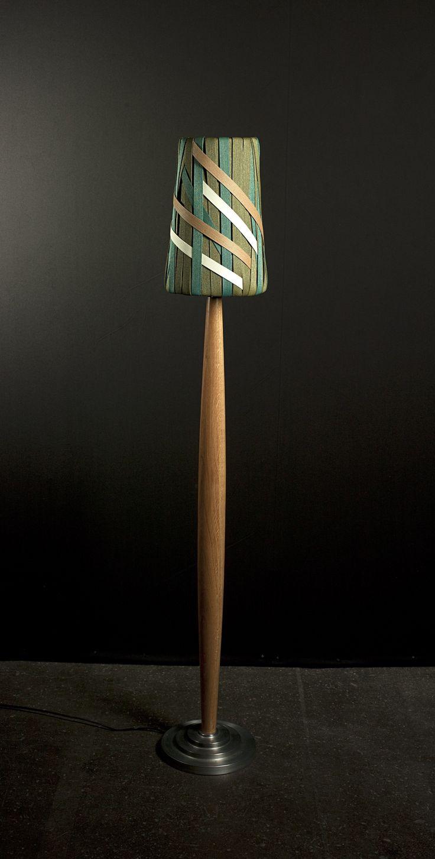 Lampadaire. Pied de lampe en chêne et aluminium repoussé . Abat-jour . Dimension : 1,40 m. Standard lamp. Foot in oak and spun aluminium. Lampshade designed in Japanese woven paper-strings. Height: 1,40 m.