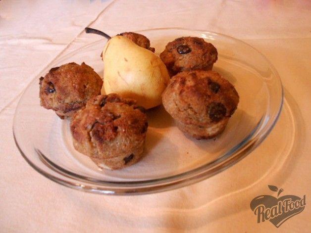 15 muffin lett ebből a mennyiségből. A tojást felvertem, majd hozzáadtam a szárazanyagot, a végén pedig a csokit és a körtét...