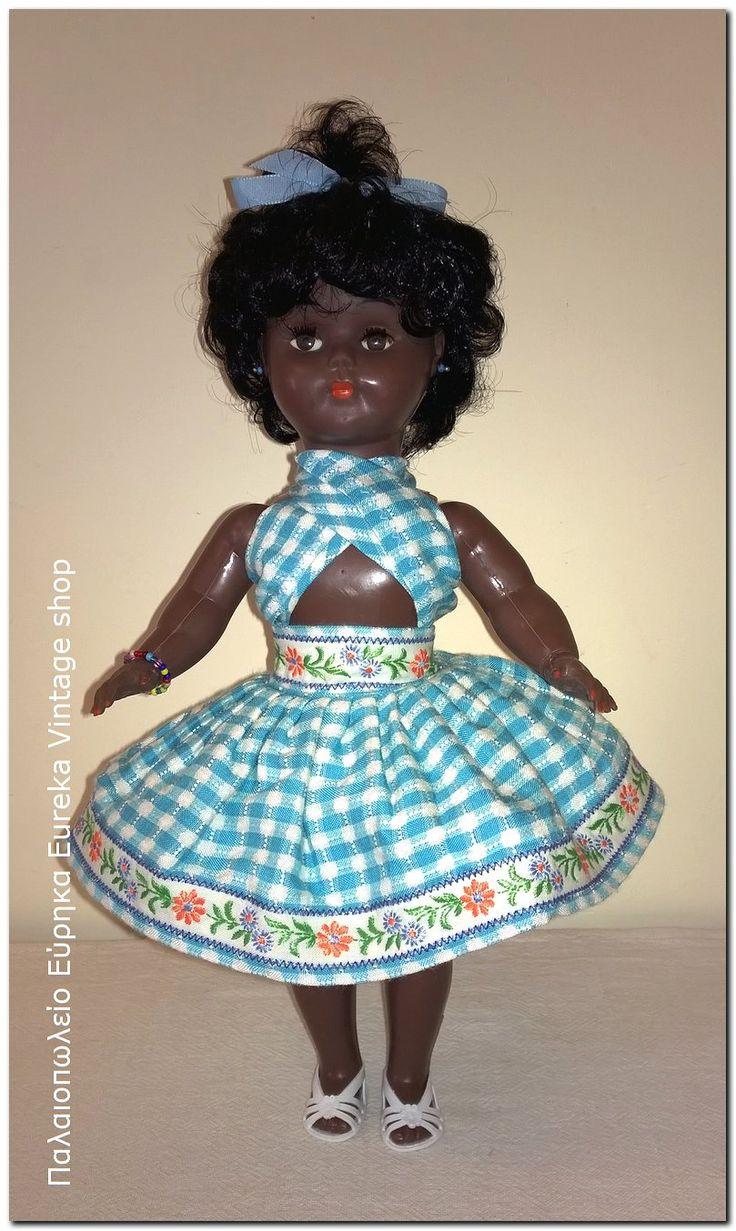 Κλασική μαύρη κούκλα από την δεκαετία 1960's.  Πιθανόν γαλλικής κατασκευής.  Είναι σε πάρα πολύ καλή vintage κατάσταση, με πολύ ωραίο ντύσιμο, ιδανικό για τέτοιου τύπου κούκλες, το οποίο το σύνολο θυμίζει μπαλαρίνα σε λούνα παρκ.   Έχει ύψος 34εκ.