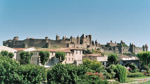 La ciudadela de Carcasona es una ciudad medieval fortificada, un conjunto reconocido como Patrimonio de la Humanidad. Está situada sobre una elevación a orillas del río Aude, resguardada por una coble muralla de 3 kilómetros de longitud. En su interior, resguarda una ciudad medieval casi intacta, además de una basílica y el castillo de los condes de Carcasona