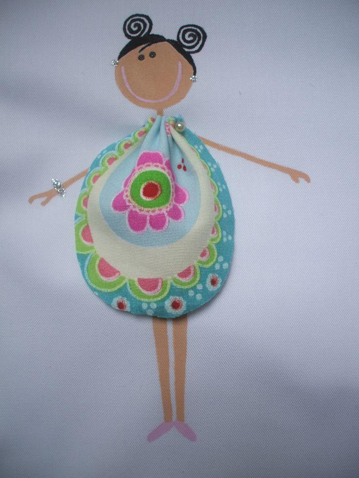 Muñeca pintada a mano en uniforme de trabajo.
