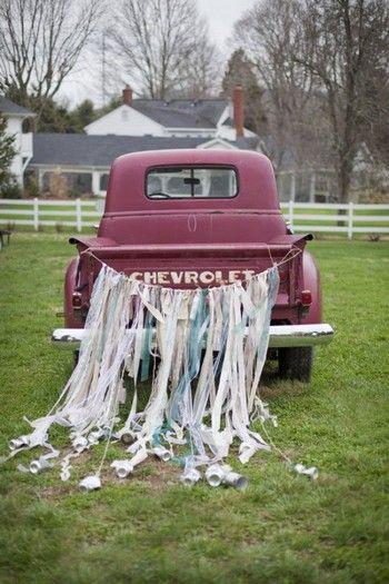 Des rubans et des boites de conserve sur un vieux pickup.  (photo : Kristyn Hogan)