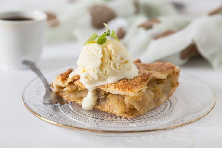 Una delle più famose torte di mele - Apple Pie, servita con il gelato alla vaniglia fatto in casa. Ricetta dettagliatissima.