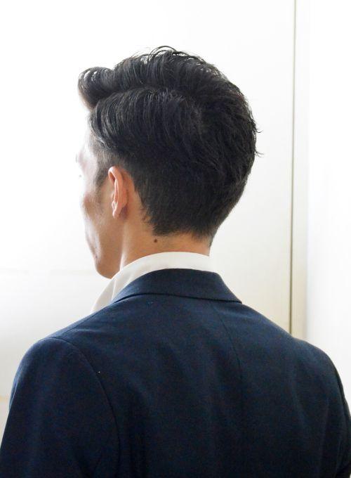 スーツに合う大人のツーブロックショートです。旬なスタイルをクセ毛を活かしながらオシャレ七三ヘアに。出来る男の髪型におススメです。骨格を選ばないスタイルなのでいつでもご相談ください(^^)