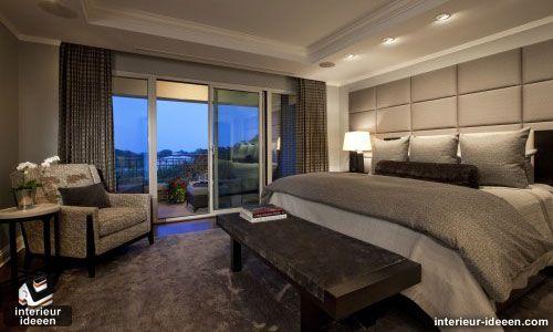 Mooie chique, sfeervolle slaapkamer met achterwand