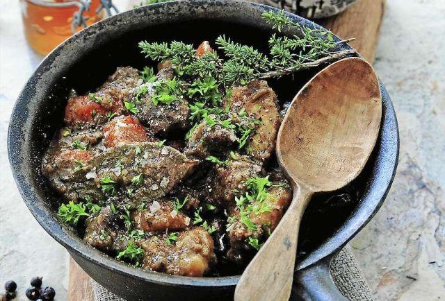 Älgkött eller högrev av nöt är bäst till den här smakrika grytan med porter.
