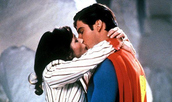 """Súper Beso Éste súper poder ha sido revelado en la película de 1980 """"Superman II"""" y en los cómics apareció por primera (y única vez) en el issue de Action Cómics #306. En ambos casos fue ejecutado sobre Lois Lane con el objetivo de que olvidara su identidad secretaLos 5 poderes más extraños de Superman"""
