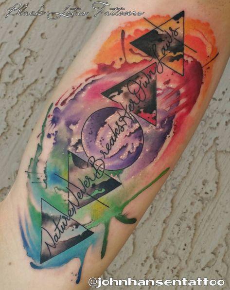 Representa los 4 elementos paganos (Tierra - verde, agua - azul, fuego - rojo, Aire - Orange). Cada elemento tiene forma de triángulo específica y el color, y todos ellos están reunió para crear esta épica, tatuaje acuarela. En el medio - el espíritu, o el individuo. Estos cuatro elementos son importantes ya que representan todo lo que se hace arriba el mundo de y son los cuatro elementos que Paganos y Wiccanos adoran como parte de sus celebraciones y rituales.