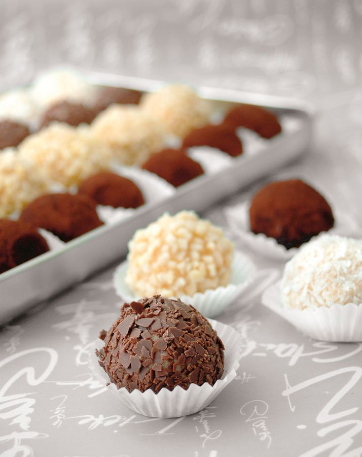 Quark-Cake-Pops - Mit Amaretto aromatisiert und mit bunten Perlen, Schokolade, Kokos oder Nüssen ummantelt, werden die kleinen Kugeln zu wahren Köstlichkeiten.