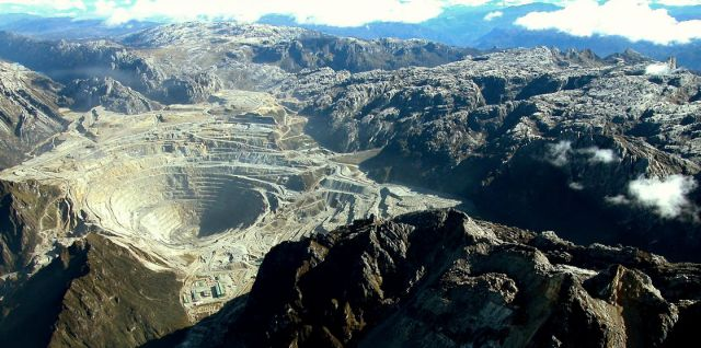 """Photo: The Grasberg Mine, located near Puncak Jaya in West Papua, is the largest gold mine and the third largest copper mine in the world (Photo: Kadir Jaelani) Benny Wenda: """"West Papuans are living in a prison""""   Offiziere.ch"""
