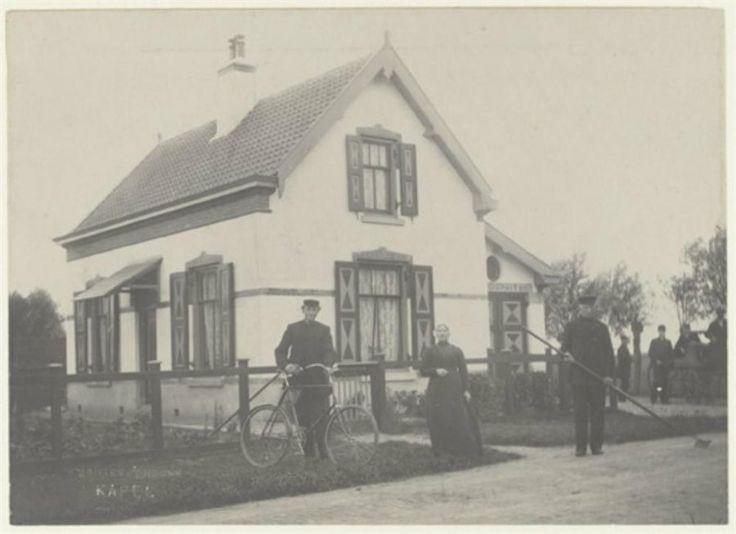 Geschiedenis van Vlaardingen - Gatweg Woning aan de Gatweg op het kruispunt bij de Zouteveense Kapel. Op de aanbouw staan de letters [bran]dspuit 72. Met fiets: Phill. v.d. Kooy, veehouder in Vlaardinger-Ambacht. ca 1920 #ZuidHolland #Vlaardingen