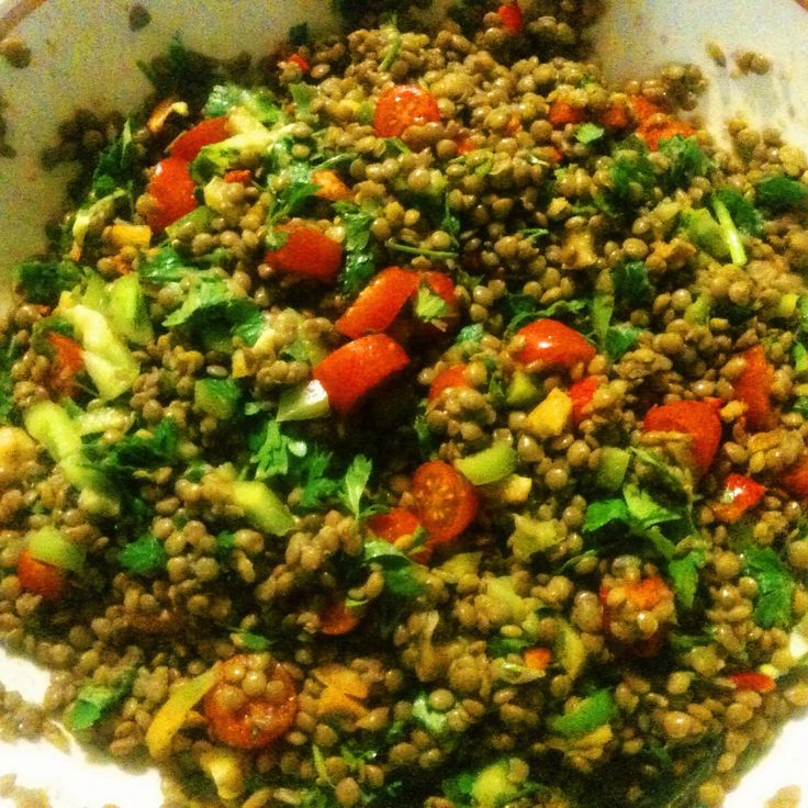Σαλάτα με φακες, μαιντανο , πιπεριές κόκκινες και πράσινες , μπαλσαμικο , λάδι , πιπέρι