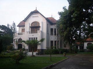 An old Dutch villa in Solo. Rumah tua belanda di Solo http://mengakubackpacker.blogspot.com/2011/10/10-spot-yang-wajib-dikunjungi-di-kota.html