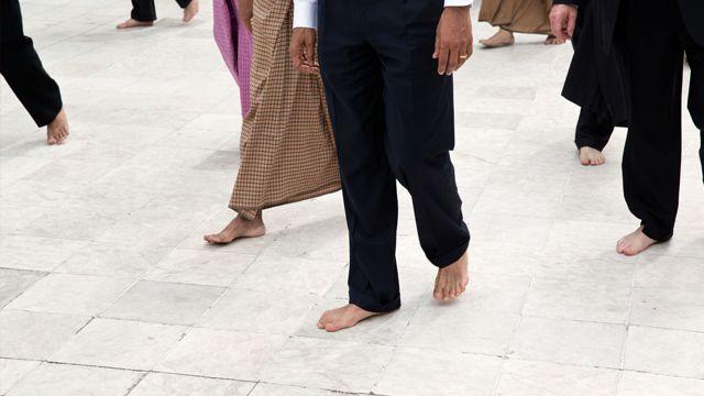 Over schoenen bestaat veel discussie. Vooral over schoenen die goed zouden zijn voor je voeten. Ze pakken je voet helemaal stevig in, plaatsen overal kussentjes zodat je ledematen beschermt worden tegen de impact, en ze kosten handenvol geld.