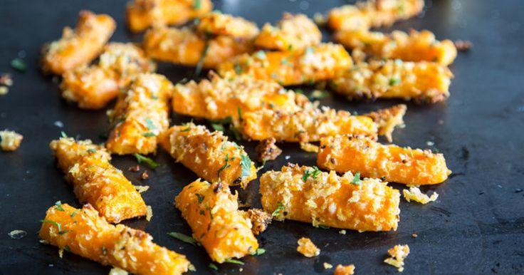 Weg mit der Chips-Packung! Wir haben den leckersten Fernseh-Snack überhaupt für euch: Parmesan-Möhren. Jetzt auf ELLE.de!