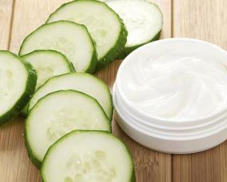Masque purifiant au yaourt et concombre pour peaux grasses et acnéiques : http://www.fourchette-et-bikini.fr/recettes/recettes-minceur/masque-purifiant-au-yaourt-et-concombre-pour-peaux-grasses-et-acneiques
