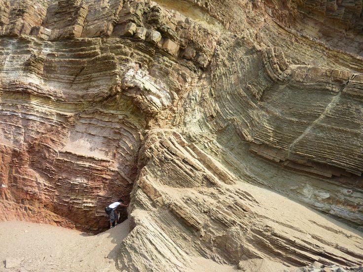 Rocas sedimentarias  Estratos de rocas sedimentarias. Los procesos geológicos que operan en la superficie terrestre originan cambios en el relieve topográfico que son imperceptibles cuando se estudian a escala humana, pero que alcanzan magnitudes considerables cuando se consideran períodos de decenas de miles o millones de años. Así, por ejemplo, el relieve de una montaña desaparecerá inevitablemente como consecuencia de la meteorización y la erosión de las rocas que afloran en superficie.