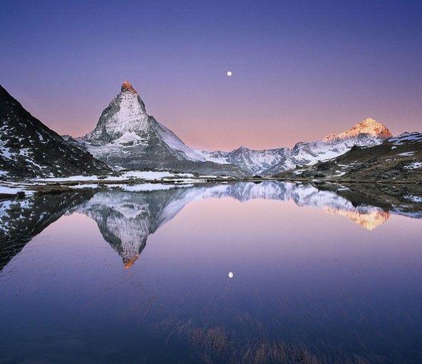 湖面に映るマッターホルンと朝焼けと月。綺麗すぎて思わすみとれてしまいます。