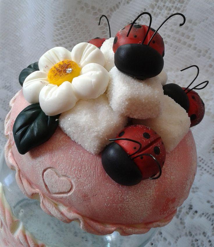 lindo jogo de potes decorado em biscuit com flores, joaninhas, açúcar e café...  acabamento em verniz fosco...  pote café - capacidade 750ml ,peso 730 grs, 18cm alt, 10 cm largura  pote açúcar - capacidade 1300 lt, peso 850 grs, 21 cm alt,  10 cm largura  pode ser feito em outras cores, como lara...