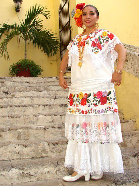 """A diferencia del vestido campechano de lujo, el huipil, vestido blanco largo con bordado negro, es de uso diario. Tiene el escote cuadrado y bordado en negro, con dibujos de flores, temas marinos y, a veces, el escudo de Campeche. Este atuendo se adornaba con peinetas, pulseras, collares y aretes de carey, incrustados con filigrana de oro, corales y perlas. También existe el huipil corto con escote bordado con temas del baile """"La Jarana"""". Es de algodón blanco y cortos a la rodilla."""