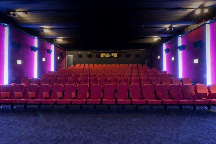 Cultural center NATLAB 2.0: theaterroom. Cultureel centrum NATLAB 2.0: bioscoopzaal.