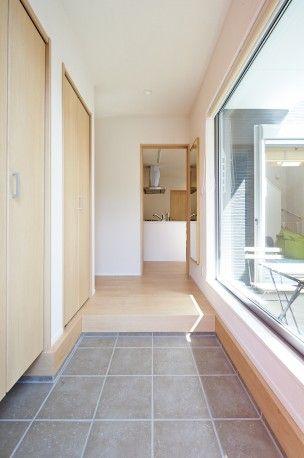 キッチンをアイランド型にし、使いやすい導線を考えました。 また、LDKに続くタイルデッキは外部からの視線を遮りつつ、上部を開放し光を取り 入れています。