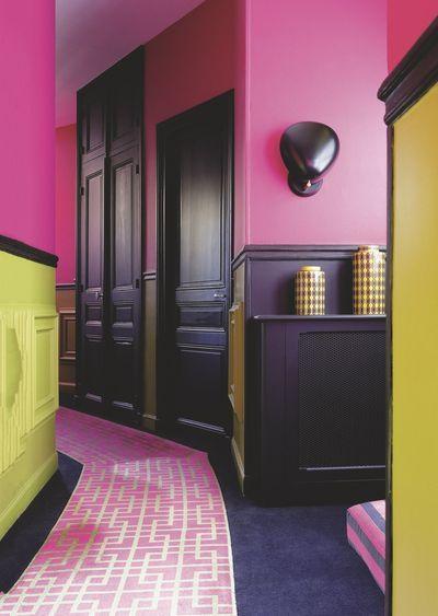 Un couloir flashy en rose et vert pop dans un appart à Paris.  Plus de photos sur Côté Maison http://petitlien.fr/appartParis