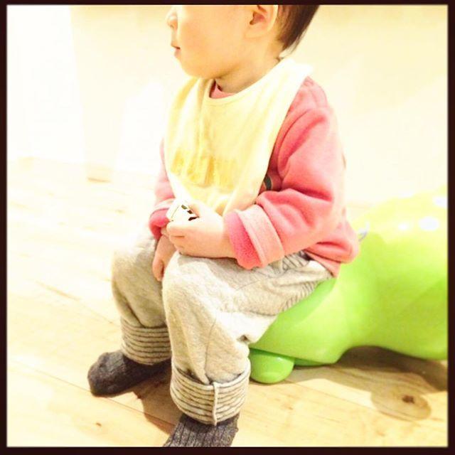 Instagram media cohalo - #kids冬コーデ  薄い黄色と赤の合わせが好き グレーは何色でも合うから大好き  最近#ロディ に座るのが好きな息子  スタイ#ベビーザらス スウェットは頂き物 パンツ#ユニクロ#UNIQLO 靴下#コムサ  #冬#夜#night#sleep#sleepwear#冬#kids#キッズ#kidsfashion#キッズファッション#キッズコーデ#kidscoordinate#インスタキッズ#instakids#ig_kids#kaumo#rody