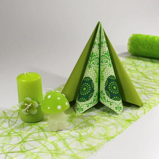 Denne borddækning er lavet med en grøn sizoweb bordløber, to typer grønne tekstilservietter og to slags grønne lys. Du kan selv genskabe denne borddækning her: www.mystone.dk