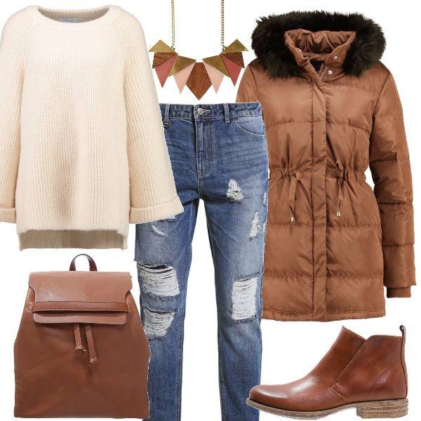 Piumino con imbottitura calda color marrone, maglione morbido beige, jeans larghi blue denim, Collana vistosa di vario colore, zaino e tronchetti cognac.